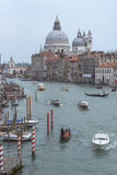 Venedig, Italien och kyrka Santa Maria della Salute med den storslagna kanalen och många fartyg Arkivbilder