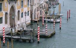 Venedig, Italien och storslagen kanal med dess päron och skeppsdockor med fartyg Royaltyfria Bilder