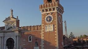 VENEDIG ITALIEN - OKTOBER, 2017: Byggnaden av arsenalen i Venedig, Italien Venedig är en stad i nordöstra Italien och arkivfilmer