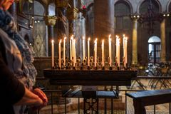 Venedig Italien - Oktober 05: Den oidentifierade kvinnan ber bredvid stearinljus i Basilika di San Marco på Oktober 05, 2017 in royaltyfri bild