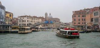 Venedig, Italien - 13. Oktober 2017: Der Canale groß im Bezirk des Bahnhofs Vergnügungsdampfer, Flusstrams Stockfotos