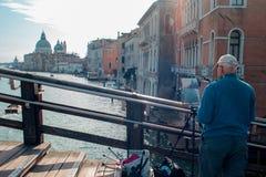 VENEDIG, ITALIEN - 8. OKTOBER 2017: Der Künstler auf der Brücke der Akademie, macht eine Aquarellmalerei Stockbild
