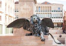 VENEDIG ITALIEN - OKTOBER, 08 2017: Diagram av ett stolt lejon på foten av monumentet till Daniele Manin royaltyfri foto