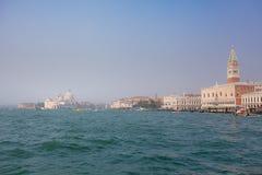 VENEDIG ITALIEN - OKTOBER 06, 2017: Doges slott, Campanile på Piazza di San Marco och puntadella Dagana, Venedig, Italien royaltyfria foton