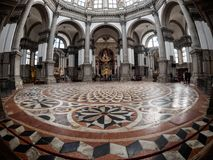 Venedig Italien - Oktober 05: en bred vinkelsikt i den berömda Santa Maria della Salute kyrkan på Oktober 05, 2017 in Royaltyfri Fotografi