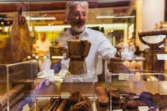 VENEDIG, ITALIEN - 27. OKTOBER 2016: Geschäftsfenster mit handgemachten Schokoladenprodukten in Venedig, Italien stockfotografie