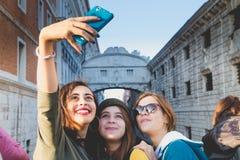Venedig, Italien - 29. Oktober 2016: Mädchen selfie lizenzfreies stockbild