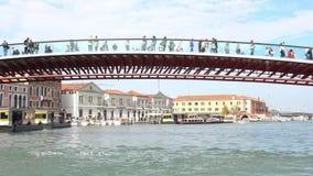 VENEDIG ITALIEN - OKTOBER, 2017: Majestätisk storslagen kanal i Venedig och vattentrafik, Venedig, Italien Bro över tusen dollar stock video