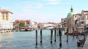 VENEDIG ITALIEN - OKTOBER, 2017: Majestätisk storslagen kanal i Venedig och vattentrafik, Venedig, Italien Vaporetto i Venedig - stock video