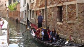 VENEDIG ITALIEN - OKTOBER, 2017: Majestätiska kanaler i Venedig, Venedig, Italien Gondol i en kanal i Venezia Italien Venedig är lager videofilmer