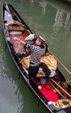 Venedig, Italien - 13. Oktober 2017 Touristen schwimmen die Gondel entlang einem schmalen Kanal Gondolierepunkte zu den Anziehung lizenzfreie stockbilder