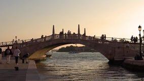 VENEDIG ITALIEN - OKTOBER, 2017: Turister som går gatorna av Venedig afton venice Promenera för turister stock video
