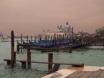 Venedig Italien på kanalen med gondoler Arkivfoto