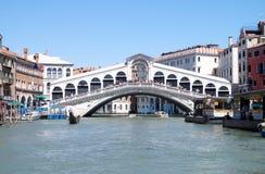 Venedig, Italien, Rialto-Brücke, Kanal-groß, die berühmteste Brücke in Venedig mit einer Gondel stockfoto