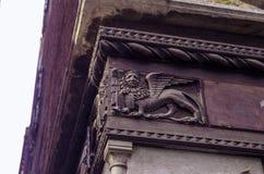 VENEDIG ITALIEN - SEPTEMBER 29, 2017: Basreliefen av lejonet Royaltyfri Foto