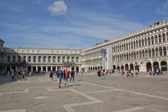 Venedig Italien - September 04,2017: Bes?kare bes?ker den piazzaSan Marco fyrkanten i en solig dag royaltyfri foto
