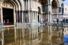 VENEDIG, ITALIEN - 12. SEPTEMBER 2017 - Eingang zur Basilika von St Mark während der Flut Vorübergehende Gehwege im Marktplatz Sa lizenzfreies stockfoto
