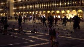 Venedig Italien September 2018 En folkmassa av turister i Sts Mark fyrkant på natten stock video