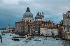 Venedig Italien - September 07, 2017: Grand Canal kanal som är stor med basilikan Santa Maria della Salute arkivfoto