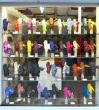VENEDIG, ITALIEN - 24. SEPTEMBER 2010: helle Handschuhe auf einem Fenster des Shops Stockfoto