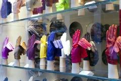 VENEDIG, ITALIEN - 24. SEPTEMBER 2010: helle Handschuhe auf einem Fenster des Shops Lizenzfreie Stockbilder