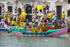 VENEDIG, ITALIEN - 7. SEPTEMBER 2008: Historische Schiffe öffnen das Regata Storica, wird gehalten jedes Jahr am ersten Sonntag i Stockbilder