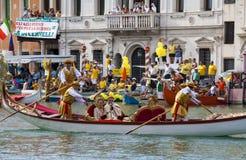 VENEDIG ITALIEN - SEPTEMBER 07, 2008: Historiska skepp öppnar Regataen Storica, rymms varje år på den första Söndagen i September Arkivbilder