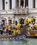 VENEDIG ITALIEN - SEPTEMBER 07, 2008: Historiska skepp öppnar Regataen Storica, rymms varje år på den första Söndagen i September Arkivfoto