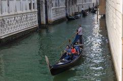 VENEDIG ITALIEN - SEPTEMBER 29, 2017: Kanal i Venedig med gondoler Arkivfoto