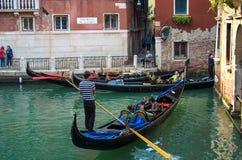VENEDIG ITALIEN - SEPTEMBER 29, 2017: Kanal i Venedig med gondoler Arkivfoton
