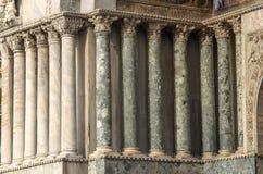 VENEDIG ITALIEN - SEPTEMBER 29, 2017: Kolonner av basilikan Arkivfoto