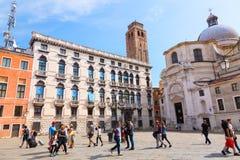 Venedig Italien - September, 2017: Kyrkan av San Geremia och fyrkant i Canareggio på Grand Canal i Venedig med turister Royaltyfri Foto