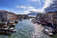 Venedig Italien-September 12, 2017: Sikt av den stora kanalen från den Rialto bron Venedig en solig dag royaltyfria bilder