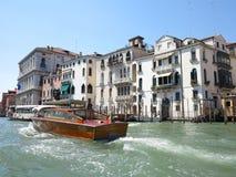 20 06 2017 Venedig, Italien: Sikt av historiska byggnader och kanaler Arkivfoton