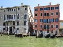 20 06 2017 Venedig, Italien: Sikt av historiska byggnader och kanaler Royaltyfri Foto