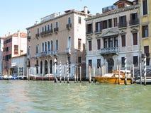 20 06 2017 Venedig, Italien: Sikt av historiska byggnader och kanaler Fotografering för Bildbyråer