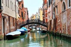 Venedig Italien - sikt av kanalen, broar och fartyg Arkivbilder