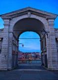 Venedig Italien, sikt från portikbågen av den Rialto bron på den stora och Venedig cityscape som kanalen tas på gryningsoluppgång arkivfoto