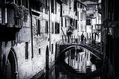 Venedig Italien små kanaler och broar fotografering för bildbyråer
