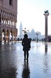 Venedig Italien St Mark Square med högvatten och en turist- near th Fotografering för Bildbyråer