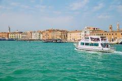 Venedig, Italien, 2016, Straßenansicht Alte Stadt und Boote Es ` s ein tra Stockbild