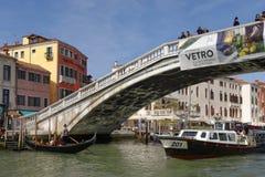 Venedig Italien: traditionell gondolbro och kanal gondol royaltyfri foto
