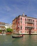Venedig Italien: traditionell gondolbyggnader och kanal Fönsterbågar royaltyfri foto