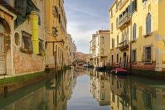 Venedig Italien: traditionell reflexion av traditionell venecian byggnader och kanal Reflexion royaltyfria foton
