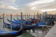 Venedig Italien: traditionell venice gondolplats Solnedgång arkivfoto