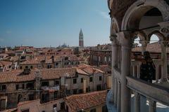 Venedig Italien, turist som fotograferar en sikt av Venedig från belvederen vid slotten för Ca D Oro arkivbild