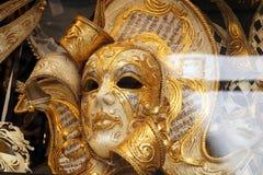Venedig, Italien, venetianische Karnevalsmaske im Gold im Shopfenster stockbilder