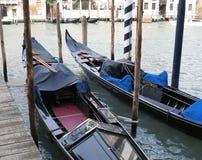 Venedig Italien Zwei spezielle Boote für das Gehen Stockbild