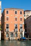 VENEDIG ITALY/EUROPE - OKTOBER 12: Färgglad byggnad i Venedig Royaltyfri Fotografi