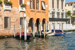 VENEDIG ITALY/EUROPE - OKTOBER 12: Fartyg som förtöjas i Venedig Italien Fotografering för Bildbyråer